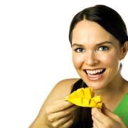 Chica comiendo mango web