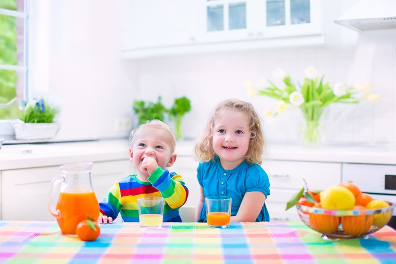 Niños y fruta
