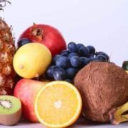 Beneficios de la fructosa Toda pieza de fruta contiene azúcares de forma natural, entre ellos la fructosa. Su poder endulzante es muy similar al de la sacarosa, el azúcar común, con la ventaja de que contiene la mitad de las calorías. Por lo tanto, la fructosa también se encuentra en los derivados de las frutas, como es el caso de los zumos. Consumir este tipo de azúcar a través de la fruta es lo más recomendable para evitar su abuso, ya que, al igual que ocurre con la glucosa y la sacarosa, puede llegar a ocasionar problemas si se consume en exceso. Como cualquier tipo de azúcar, hay que consumirlo con moderación. Sin embargo, el contenido de fructosa en la fruta es relativamente bajo, además de que son alimentos que nos aportarán muchos otros nutrientes, como fibra, agua, vitaminas y minerales. Y, a pesar de todo, consumir fructosa, siempre en cantidades moderadas, puede aportar diversos beneficios a nuestro organismo. Encabezado por el doctor John Sievenpiper, del Hospital St. Michaels en Toronto, Canadá, un estudio concluyó que la fructosa no afecta la producción de insulina y que, al contener menos calorías, puede ser positivo para el control de peso el control glicémico y la presión arterial, cosa que no sucede con la glucosa. Además, es muy recomendado su ingesta por parte de los deportistas habituales. La fructosa, ingerida en pequeñas cantidades con glucosa y/o sacarosa no retrasa la absorción de fluidos. De hecho, existen estudios que demuestran que tomar fructosa mezclada con glucosa eleva los índices de energía, mejorando el rendimiento deportivo y retrasando la aparición de la fatiga en ejercicios de alta intensidad. Finalmente, la fructosa, al ser más dulce que el azúcar tradicional, puede ser añadida a bebidas y jugos con nivel de dulzura similar, pero con una menor cantidad de calorías, al incluir una menor cantidad del edulcorante. ¿Y qué mejor forma de consumir fructosa que a través de un delicioso zumo de frutas? Por ejemplo, los productos 100% sa