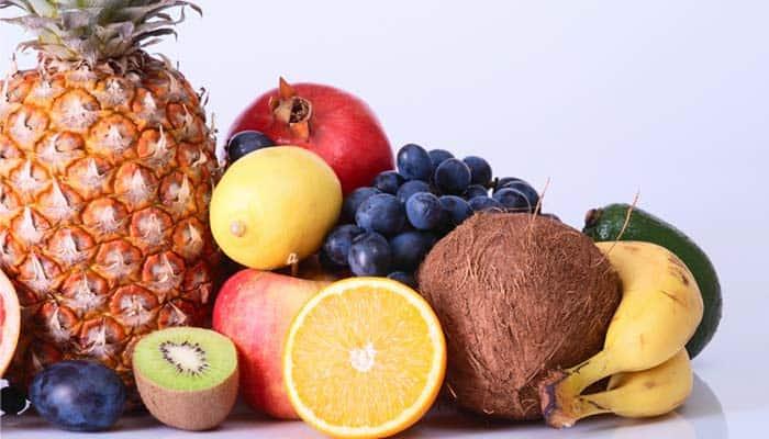 Beneficios de la fructosa    Toda pieza de fruta contiene azúcares de forma natural, entre ellos la fructosa. Su poder endulzante es muy similar al de la sacarosa, el azúcar común, con la ventaja de que contiene la mitad de las calorías. Por lo tanto, la fructosa también se encuentra en los derivados de las frutas, como es el caso de los zumos. Consumir este tipo de azúcar a través de la fruta es lo más recomendable para evitar su abuso, ya que, al igual que ocurre con la glucosa y la sacarosa, puede llegar a ocasionar problemas si se consume en exceso. Como cualquier tipo de azúcar, hay que consumirlo con moderación. Sin embargo, el contenido de fructosa en la fruta es relativamente bajo, además de que son alimentos que nos aportarán muchos otros nutrientes, como fibra, agua, vitaminas y minerales. Y, a pesar de todo, consumir fructosa, siempre en cantidades moderadas, puede aportar diversos beneficios a nuestro organismo. Encabezado por el doctor John Sievenpiper, del Hospital St. Michaels en Toronto, Canadá, un estudio concluyó que la fructosa no afecta la producción de insulina y que, al contener menos calorías, puede ser positivo para el control de peso el control glicémico y la presión arterial, cosa que no sucede con la glucosa. Además, es muy recomendado su ingesta por parte de los deportistas habituales. La fructosa, ingerida en pequeñas cantidades con glucosa y/o sacarosa no retrasa la absorción de fluidos. De hecho, existen estudios que demuestran que tomar fructosa mezclada con glucosa eleva los índices de energía, mejorando el rendimiento deportivo y retrasando la aparición de la fatiga en ejercicios de alta intensidad. Finalmente, la fructosa, al ser más dulce que el azúcar tradicional, puede ser añadida a bebidas y jugos con nivel de dulzura similar, pero con una menor cantidad de calorías, al incluir una menor cantidad del edulcorante.  ¿Y qué mejor forma de consumir fructosa que a través de un delicioso zumo de frutas? Por ejemplo, los productos 100